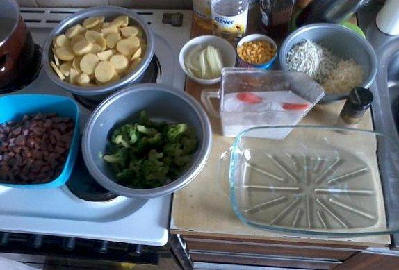 Zapečené brambory s brokolicí, uzeninou a nivou