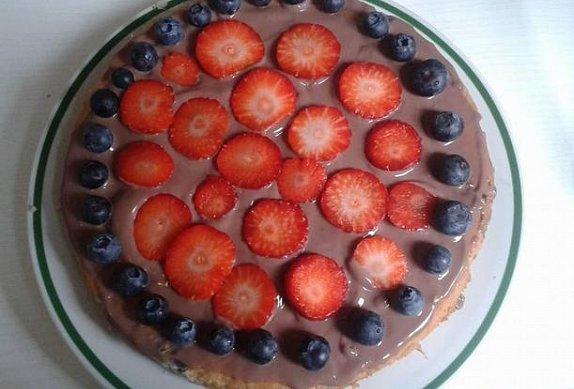 Borůvkový koláč s pudinkem a jahodami