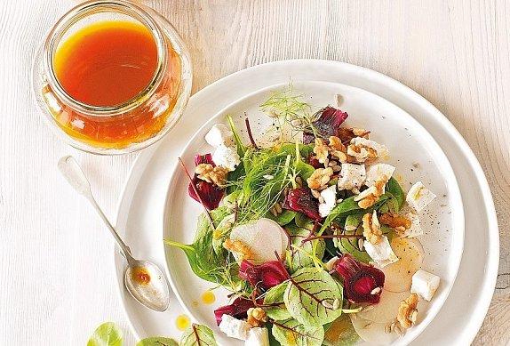 Salát se špenátem a kozím sýrem