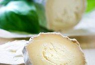 Salát s kozím sýrem a ostružinami