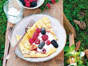 Palačinky s krémem a lesním ovocem
