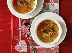 Polévka s uzenými žebry a kroupami