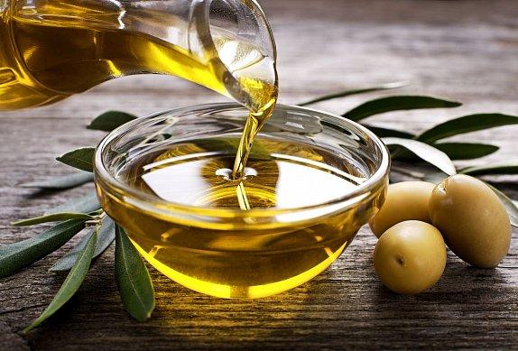 Focaccia s bylinkami, olivami a pečeným česnekem