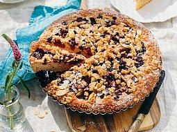 Hrnkový drobenkový koláč s mraženým ovocem