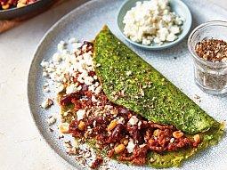 Chilli con carne s kořeněnými oříšky a fetou v zelené kukuřičné placce
