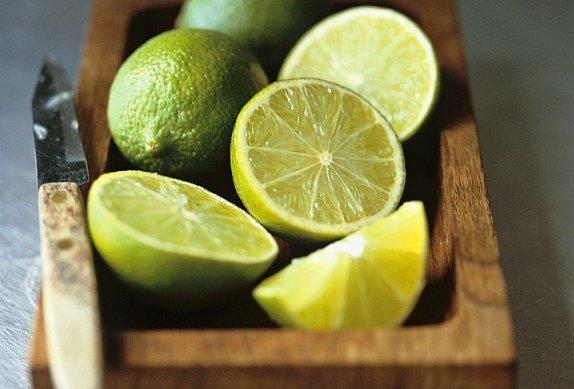 Smažené vepřové kousky scibulí na citrusech