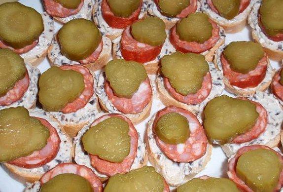 Jednohubky / chlebíčky s olivovou pomazánkou
