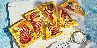 Mandlový koláč s pošírovanými hruškami