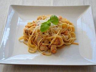 Pikantní špagety s kuřecím masem, slaninou a česnekem