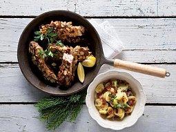 Kapr na povidlech a mandlích s teplým bramborovým salátem