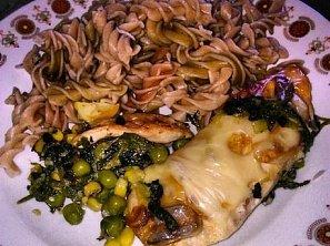 Celozrnné těstoviny s kuřecím masem, špenátem, hráškem a kukuřicí sypané sýrem