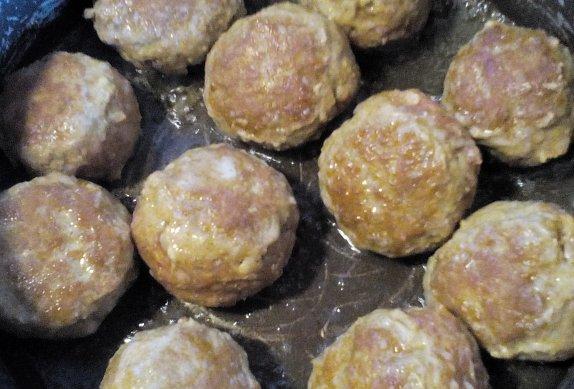 Masové kuličky s mozzarellou v pikantní omáčce