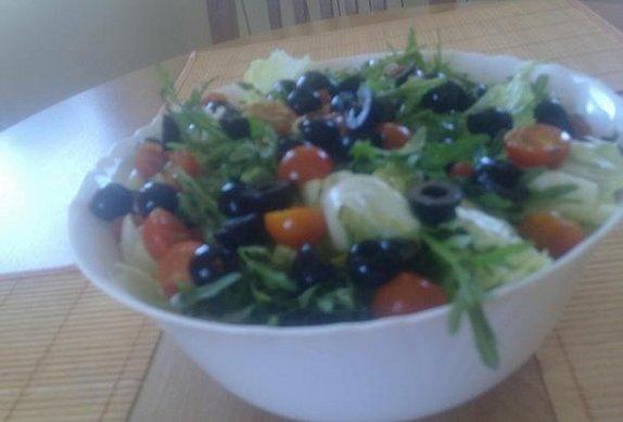 Salát s rukolou a olivami