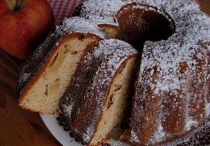 Bábovka s jablky a šlehačkou