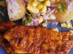 """""""Uzené"""" kuřecí se salátem z brambor a kukuřice"""