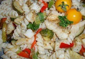Těstoviny s rybou - teplý salát
