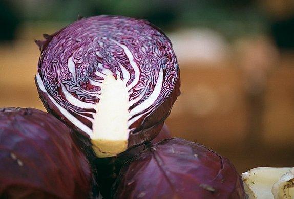 Veganské plněné knedlíky s červeným zelím