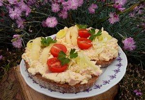 Česnekovo-vaječná pomazánka se šunkou a sýrem