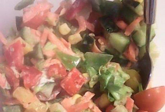 Zeleninový salát s kuřecím masem a americkým bramborem