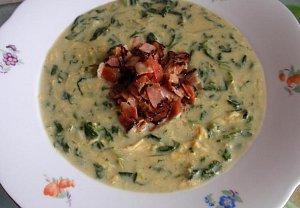 Jíšková špenátová polévka se slaninou a vejcem