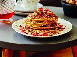 Batátové lívance se slaninou, javorovým sirupem a ořechy
