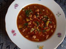 Gulášová polévka s vinnou klobásou