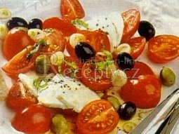 Rajčatový salát s mozzarellou a olivami