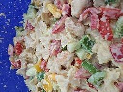 Těstovinový salát s kuřecím masem a česnekovým dresinkem