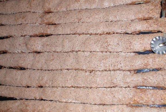 Křehké ořechové tyčinky z listového těsta