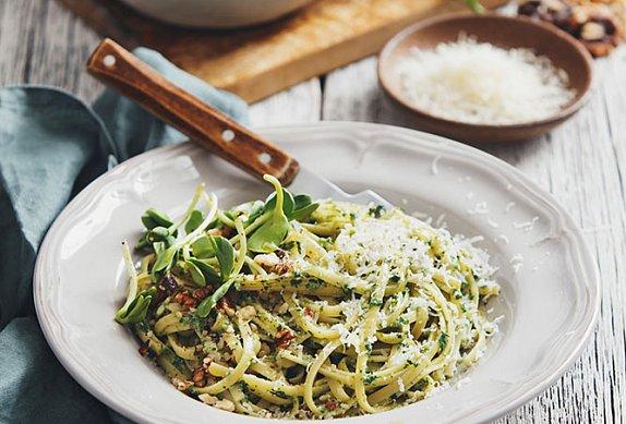 Těstoviny s piniovými oříšky a bylinkami