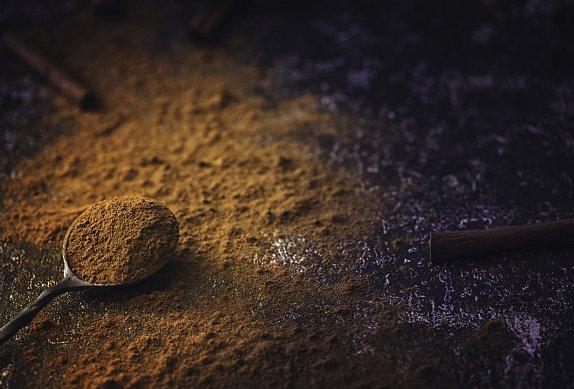 Buchta s pudingem, zakysanou smetanou a skořicí