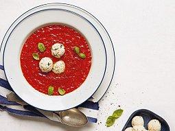 Polévka z pečených paprik s ricottovými knedlíčky