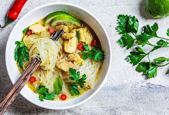 Pikantní kuřecí polévka s rýžovými nudlemi