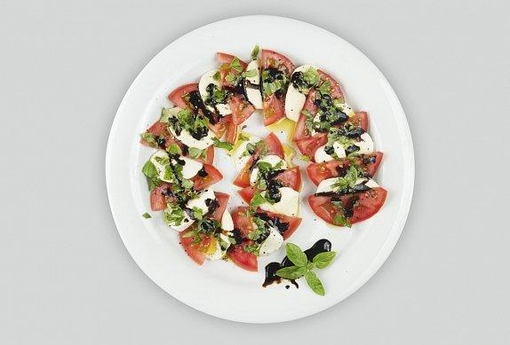 Salát Caprese s olivami