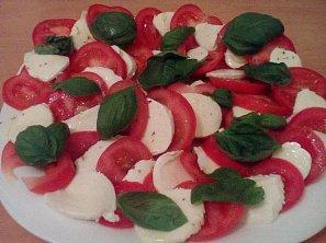 Salát z mozzarelly a rajčat