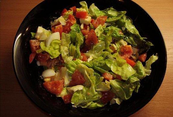 Hlávkový salát s mozzarellou a tuňákem