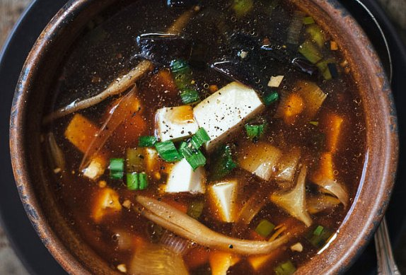 Veganská ostrokyselá polévka