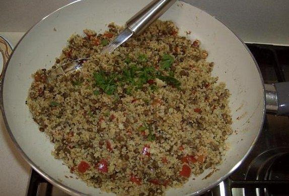 Kuskus s čočkou, paprikou a sušenými rajčaty