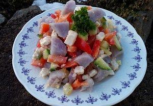 Bramborový salát se zeleninou a bílým sýrem