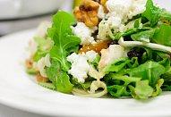 Rychlý salát s kozím sýrem