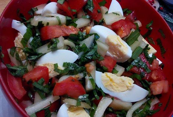 Zeleninový salát s medvědím česnekem a vejci
