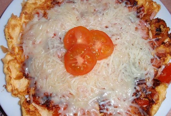 Jednoduchá rajčatová omeleta s dvojitou porcí sýru