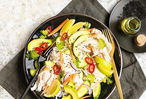 Salát z rýžových nudlí s kuřetem a avokádem