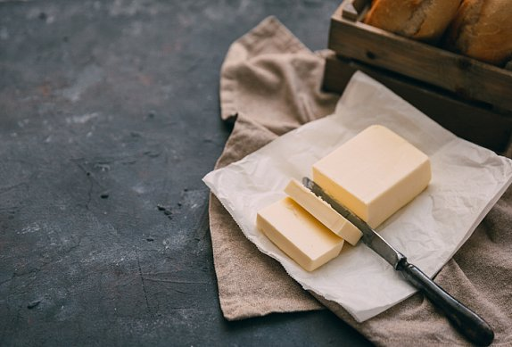 Slané máslo s cibulí a hořčicí