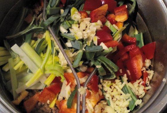 Široké nudle s masem a zeleninou