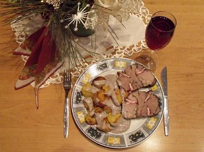 Jehněčí pečeně s opékanými brambory a omáčkou z červeného vína