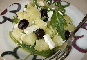 Bramborový salát s rucolou, olivami a sýrem