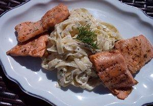 Smetanové těstoviny s koprem a přírodní rybou