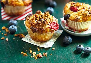 Hrnkové muffiny s lesním ovocem a ořechovou drobenkou