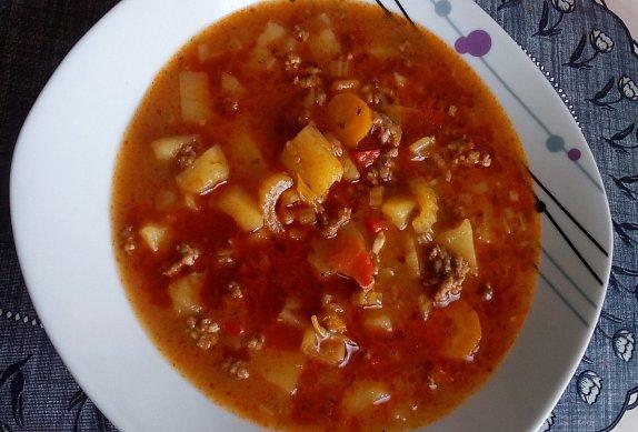 Gulášová polévka s mletým masem a zeleninou
